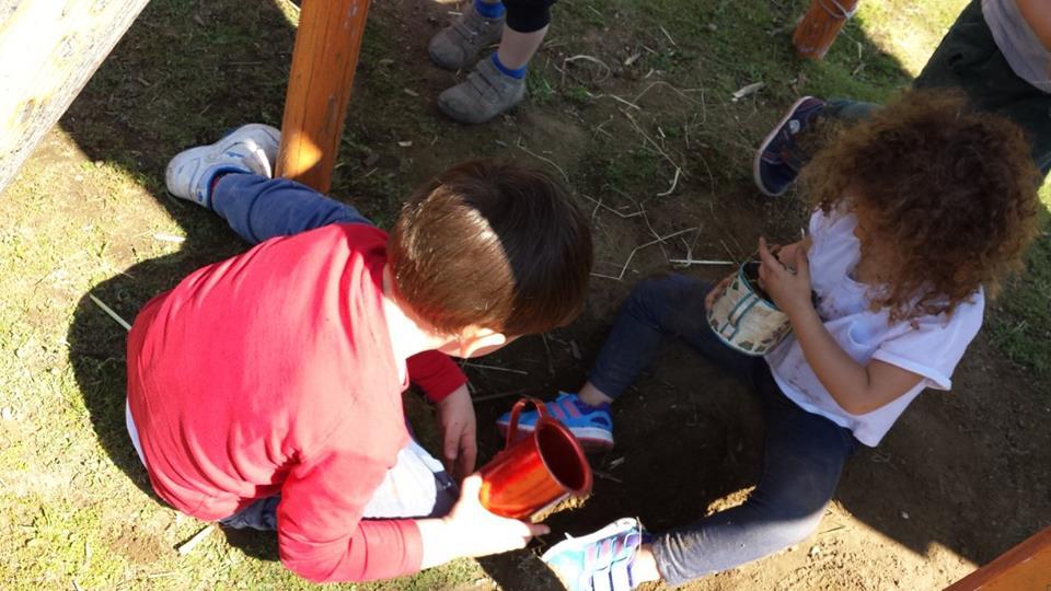 bambini giocano con la terra bagnata